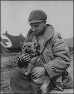 Ernie Pyle with front line dog